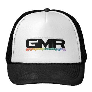 GMR observa el gorra