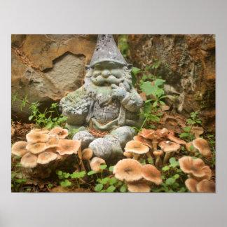 Gnomo cubierto de musgo y toadstools en un jardín póster