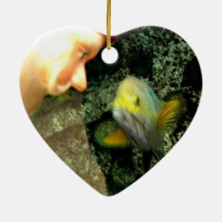 Gnomo de la cara de los pescados adorno de cerámica en forma de corazón