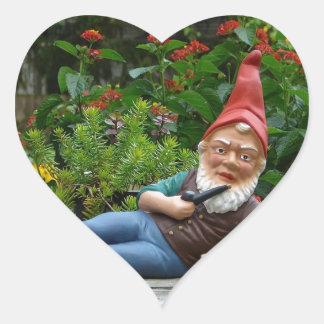 Gnomo de relajación con el casquillo de Santa Pegatina En Forma De Corazón