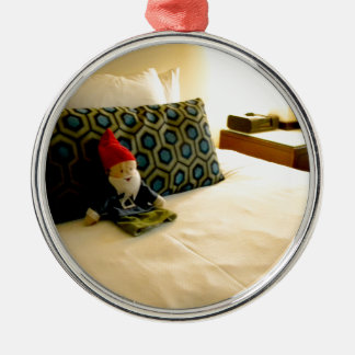 Gnomo del hotel adorno redondo plateado