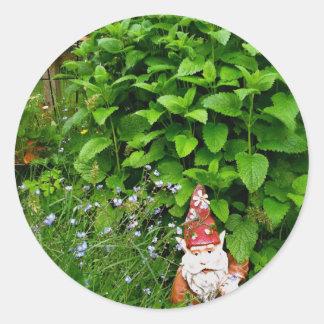 Gnomo del jardín pegatina redonda