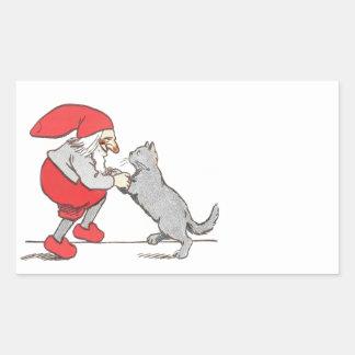 Gnomo que sostiene las patas del gato pegatina rectangular