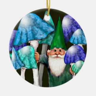 Gnomo verde en el ornamento azul de las setas adornos