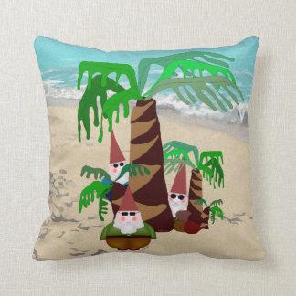 Gnomos de la playa cojín decorativo