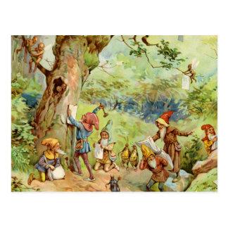 Gnomos, duendes y hadas en el bosque mágico postal