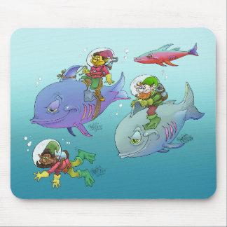 Gnomos que montan en pescados, en un cojín de mouse pad