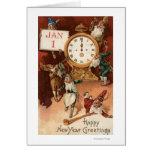 Gnomos que van de fiesta alrededor de un reloj tarjeta de felicitación