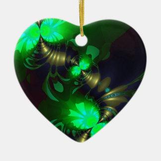 Goblin irlandés - cintas de la esmeralda y del oro adorno de cerámica en forma de corazón