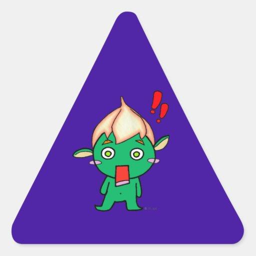 Goblin lindo con una flor en su cabeza pegatina triangular
