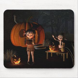 Goblins de Halloween con la casa de la calabaza Alfombrillas De Raton