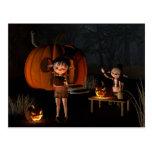 Goblins de Halloween con la casa de la calabaza Postal