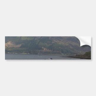 Goce con un barco y un velero en el lago etiqueta de parachoque