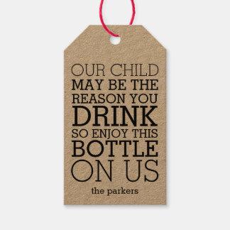Goce de esta botella en nosotros vino divertido etiquetas para regalos