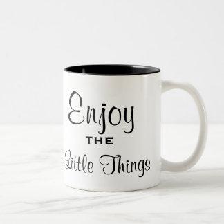 Goce de la pequeña taza de las cosas