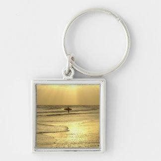 Goce de la playa en la puesta del sol llavero cuadrado plateado