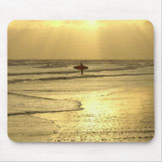 Goce de la playa en la puesta del sol mouse pads