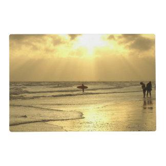 Goce de la playa en la puesta del sol salvamanteles