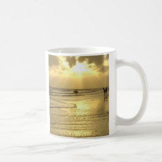 Goce de la playa en la puesta del sol taza clásica