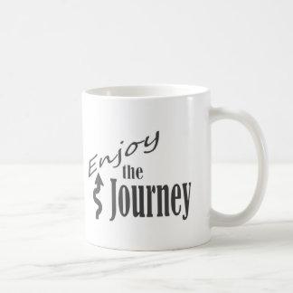 Goce de la taza del café/del té del viaje