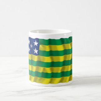 Goiás, bandera que agita del Brasil Taza Básica Blanca