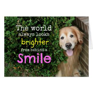 Golden retriever detrás de una sonrisa tarjeta de felicitación