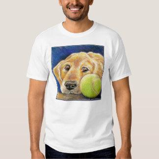Golden retriever divertido con la pelota de tenis remeras
