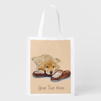 golden retriever lindo del perrito que abraza los bolsas para la compra