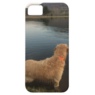 Golden Retriever on a Rock at the Lake iPhone SE/5/5s Case