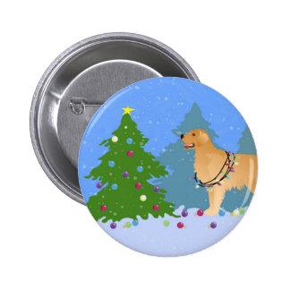 Golden retriever que adorna el árbol de navidad pin redondo de 2 pulgadas