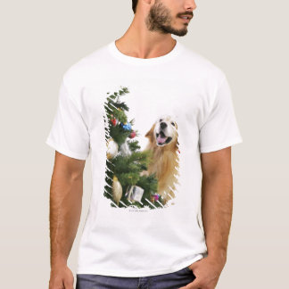 Golden retriever which watches Christmas tree T-Shirt