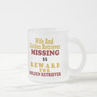 Golden retriever y recompensa que falta de la taza de café esmerilada