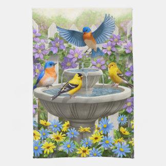 Goldfinches de los Bluebirds y Birdbath de la