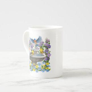 Goldfinches de los Bluebirds y Birdbath de la Taza De Porcelana