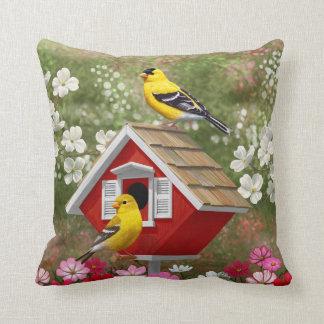 Goldfinches y Birdhouse lindo de la cabaña Cojín