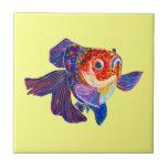 Goldfish de Veiltail del calicó en la teja amarill