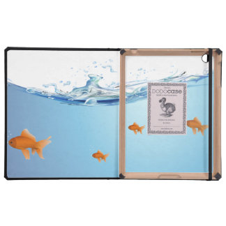 Goldfish debajo del acuario del agua