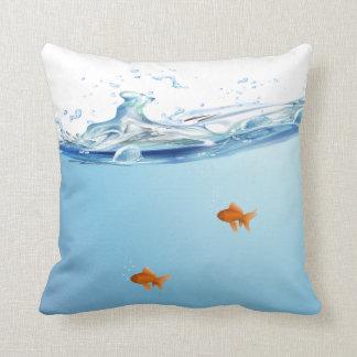 Goldfish debajo del acuario del agua cojín