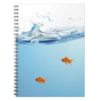 Goldfish debajo del acuario del agua libreta espiral