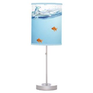 Goldfish debajo del acuario del agua lámpara de mesa