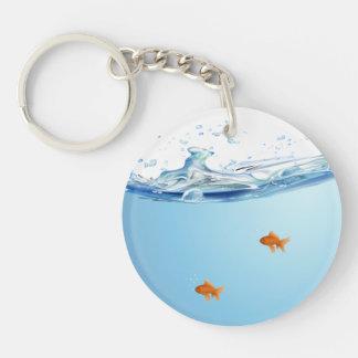 Goldfish debajo del acuario del agua llavero redondo acrílico a una cara
