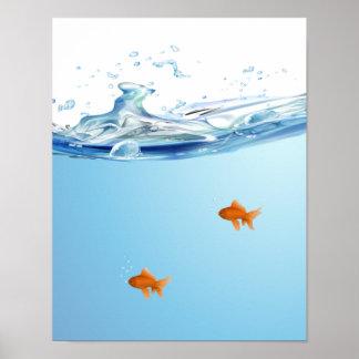 Goldfish debajo del acuario del agua poster