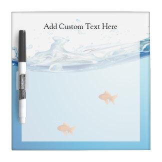 Goldfish debajo del acuario del agua pizarra