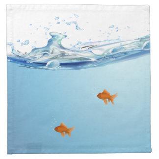 Goldfish debajo del acuario del agua servilletas de papel