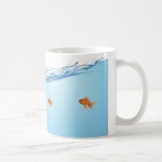 Goldfish debajo del acuario del agua taza clásica