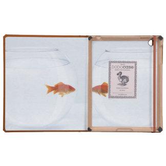 Goldfish en los fishbowls separados que miran la c iPad cárcasas