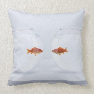 Goldfish en los fishbowls separados que miran la cojín