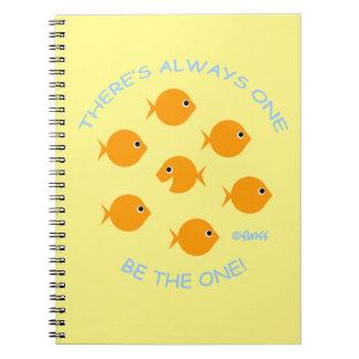 Goldfish lindo con lema inspirado del profesor spiral notebooks
