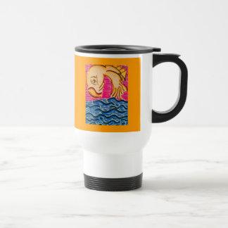 Goldfish que mira detrás usted la taza de consumic