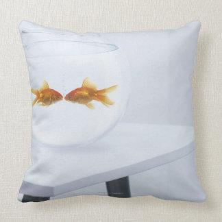 Goldfish que se besa en fishbowl cojines